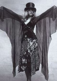 Stevie Nicks worked with clothing designer Margi Kent to develop Nicks's unique onstage look, with costumes that featured flowing skirts, shawls and platform boots. Lindsey Buckingham, Rock And Roll, Dr Scholl, Heavy Metal, Nana Mouskouri, Thats 70 Show, Stevie Nicks Fleetwood Mac, Stevie Nicks Witch, Stevie Nicks Costume