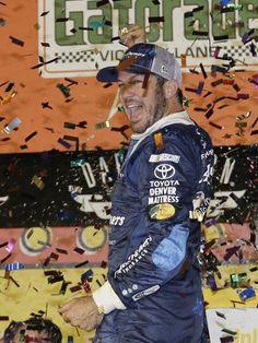 El piloto de NASCAR, Martin Truex Jr. celebra la victoria tras finalizar la…