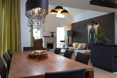 Modern eingerichteter Winkelbungalow. #HAACKEHAUS #home #modern Haacke Haus, Conference Room, Modern, Table, Furniture, Home Decor, Lawn And Garden, Architecture, Trendy Tree