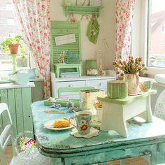 el verde muy suave hace de esta cocina un lugar acogedor