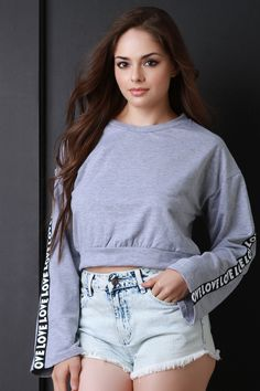 This comfy sweatshirt-style long sleeves with love graphic print. Finished with a banded crop hemline. Basic Outfits, Casual Fall Outfits, Short Outfits, Fashion Poses, Girl Fashion, Womens Fashion, Iranian Women Fashion, Beauty Full Girl, Lingerie