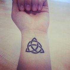 Dit is mijn eigen tattoo. Het is een Keltische knoop waarbij elke punt achtereenvolgens staat voor de Vader, de Zoon en de Heilige Geest. Er doorheen gevlochten zit de cirkel van oneindigheid.