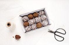 Kookos-kaakaotryffelit noin 10–12 kpl  2dl kookoshiutaleita 5medjool-taatelia 0,5dl raakakaakaojauhetta 4rkl suodatettua kahvia 1tl vaniljauutetta hyppysellinen merisuolaa + Pinnalle kookoshiutaleita tai kookossokeria  Valmista kahvi. Blendaa kookoshiutaleet. Lisää taatelit ja loput ainekset. Sekoita paksuksi taikinaksi. Tarkista maku ja lisää tarvittaessa makeutusta. Pyörittele taikinasta pieniä palloja. Pyörittele pallojen pinnalle kookoshiutaleita ja/tai kookossokeria. säilytä jääkaapissa