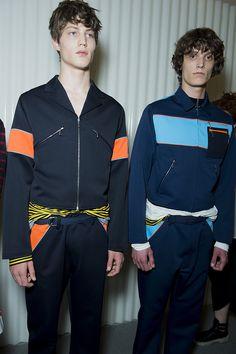 En backstage du défilé Prada homme printemps-été 2016 à Milan | Vogue