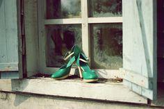 """Pantofii care spun ai cui sunt ...  O clientă, în timp ce se uita printre mai multe perechi de pantofi pentru a se inspira, s-a oprit asupra uneia dintre ele, s-a uitat mai bine și a spus: """"Parcă ar fi ai lui A (o cunoștință comună).   Așa am aflat că pantofii pot vorbi. Erau chiar comanda lui A și au știut să spună asta ...  Pantofii tăi știu să spună ai cui sunt?"""