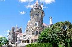 Casa Loma – Toronto's Majestic Castle With its soaring battlements, secret passageways, and underground tunnel, Casa Loma pays homage to the castles and knights of days gone by. Canada Holiday, Toronto Photos, Cool Places To Visit, The Good Place, Travel Destinations, Toronto Canada, Photo And Video, House Styles, Knights