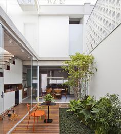 Gallery of Gêmeas Houses / Zoom Urbanismo Arquitetura e Design - 2 Layouts Casa, House Layouts, Backyard Seating, Outdoor Seating Areas, Garden Seating, Minimalist House Design, Minimalist Home, Home Interior Design, Interior Architecture