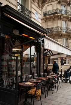 Paris dining on the street
