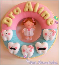 Para enfeitar o consultório!  30cm de diâmetro.  Tecido de algodão e feltro.  Dentinhos e Dentista costurados a mão.    Consulte outros temas e cores Felt Wreath, Felt Garland, Felt Ornaments, Felt Crafts, Crafts To Make, Arts And Crafts, Diy Crafts, Felt Name Banner, Sewing Projects