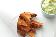 Süßkartoffel-Pommes sind eine richtig leckere und gesunde Variante, die ich immer gerne wähle. Am besten passt dazu Avocado-Mayo (sogar vegan).
