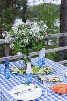 """Hiidenuhman keittiössä katettiin kesäpöytään Spring Aqua Premium -pullot: """"Ruokapöytää kattaessamme lapseni ihastelivat Spring Aqua Premium -pulloja. Ne ovatkin hienoja suomalaisia design-pulloja, jotka sisältävät Keski-Pohjanmaan Multilan luonnonlähteen raikasta lähdevettä sellaisenaan tai hiilihapollisena. Hienot pullot sopivat juhlavaankin pöytään."""""""