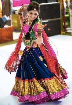 Take a look at some trendy and traditional Navratri Dandiya & Garba dress ideas. These Lehenga Cholis are amazing ways to dress for Navratri Festival this year. Indian Bridal Wear, Indian Wedding Outfits, Indian Wear, Indian Outfits, Garba Dress, Navratri Dress, Navratri Garba, Navratri Festival, Garba Dance