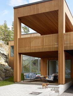 Cederträ är naturligt rötskyddad, och det mest hållbara träslaget – i princip helt underhållsfritt. Att det dessutom har naturligt vackra färger och idag är bland det trendigaste i modern arkitektur, gör ju inte saken sämre.