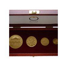 Dárková sada 4 zlatých mincí v dřevěné etui. Sada obsahuje rakouské mince Philharmoniker  ve váze 1 Oz, 1/2 Oz, 1/4 Oz a 1/10 Oz