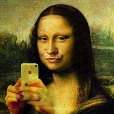 """La Monalisa che fa la """"boccuccia"""" davanti al suo iPhone"""