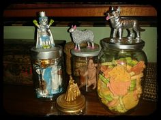Tarros decorados con juguetes viejos, pintados con spray.