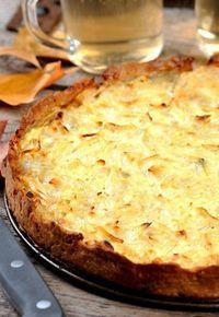 Tarta de cebolla - Recetas de quiche - Esta tarta de cebolla no se puede considerar una quiche pero está igual de buena, incluso puede que aún mejor. Ingredientes 1 masa de hojaldre 12 cebollas 5 huevos 1 vaso pequeño de nata líquida 200 gr... Quiches, Easy Cooking, Cooking Recipes, Vegetarian Recipes, Tapas, Empanadas, Good Food, Yummy Food, Savory Tart
