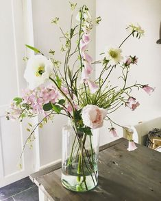 Fresh, beautiful and airy spring bouquet. Doesn't that make you happy? Bunch Of Flowers, Fresh Flowers, Spring Flowers, Beautiful Flowers, Deco Floral, Arte Floral, Spring Flower Arrangements, Floral Arrangements, Table Flowers