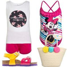 Outfit composto da costume intero incrociato sulla schiena, completo in jersey e sandalo colorato Birkenstock. Completa il look la borsa in materiale intrecciato per portare in spiaggia i giochi preferiti.