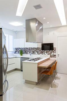 Amplitude e cor em apartamento familiar (Foto: Rogério Cajui/divulgação) PAREDE DIFERENCIADA NA ÁREA FOGÃO E PIA