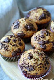 Chociaż szał na robienie muffin już dawno mi minął, to nie mogę uwierzyć, że do tej pory nie pojawił się na blogu przepis na muffiny, któr...