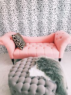 pink small couch leopard pillow grey ottoman and fur Decoration Inspiration, Room Inspiration, Poltrona Design, Living Room Decor, Bedroom Decor, Lounge, New Room, Apartment Living, Sweet Home