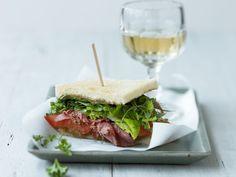 Toast mit Tomatensauce, würzigem geräuchertem Fleisch (Pastrami) und Salatblättern ist ein Rezept mit frischen Zutaten aus der Kategorie Fruchtgemüse. Probieren Sie dieses und weitere Rezepte von EAT SMARTER!