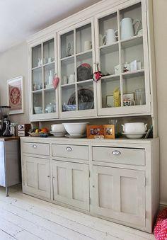petitecandela casa de lujo en  Brondesbury Dining Room Storage, Dinning Room Tables, Kitchen Hutch Cabinet, Painted Furniture, Diy Furniture, Built In Pantry, Room Door Design, Cozy Kitchen, Kitchen Interior