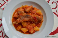 Mancare de cartofi cu carne de porc (tocanita). Cu coaste de porc si sos de rosii, chimen si boia in Ardeal sau cu dafin in restul tarii. Reteta taraneasca