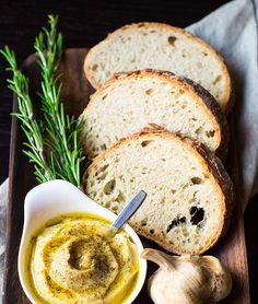 Cerchi la ricetta dell'aglio arrostito? Ecco gli ingredienti e il procedimento per fare l'aglio arrostito e preparare una crema da spalmare o per accompagnare formaggi e arrosti.