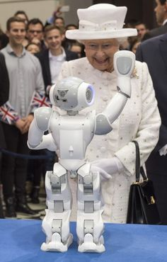 Queen Elizabeth II watches robots in action at Berlin's University of Technology on the second day of a four day State Visit on June 2015 in Berlin, Germany. Get premium, high resolution news photos at Getty Images Die Queen, Hm The Queen, Royal Queen, Her Majesty The Queen, Princess Caroline, Princess Diana, Lady Diana, Isabel Ii, Queen Of England