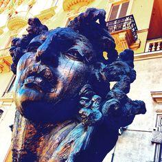 Torino. Statua in piazza Solferino