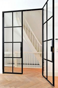 Eigentijdse beneden woning met klassieke details Meer interieur? Check Walhalla.com