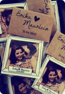 Lembrancinha de casamento: ímã de geladeira com foto dos noivos, data do casamento e mensagem personalizada da Oui Wedding Design.