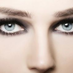 Smokey Eyes for blue eyes - make-up tips and instructions Grey Makeup, Blue Eye Makeup, Gray Eyes, Blue Eyes, Make Up Gesicht, Smoked Eyes, Tired Eyes, Light Eyes, Hazel Eyes