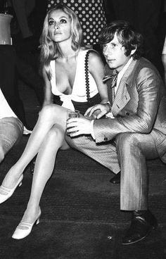 Director Roman Polanski his actress wife Sharon Tate who was later killed by Charles Manson his gang. Charles Manson, Hollywood Stars, Classic Hollywood, Old Hollywood, Hollywood Couples, Hollywood Icons, Roman Polanski, Model Tips, Fritz Lang
