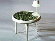 """Produto-conceito inovador chamado """"Moss Table"""", ou Mesa Musgo, em tradução livre. Em exposição no Salão de Design de Milão,  A mesa produz 520 Joules de eletricidade, capaz de abastecer um notebook por exemplo."""