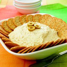 """""""Fuente de queso con aceitunas"""" INGREDIENTES: 200 g de aceitunas verdes deshuesadas; 250 g de queso crema; 1 cucharada de jugo de limón;  1 cucharada de salsa picante;  1/2 taza de crema. PREPARACIÓN: 1. Licua las aceitunas con el queso, el jugo de limón, la salsa picante y la crema hasta tener una mezcla homogénea. 2. Vacía en un recipiente, cubre con plástico autoadherible y refrigera 30 minutos, mínimo. 3. Al momento de servir, vierte la mezcla en un platón y acompaña con galletas…"""