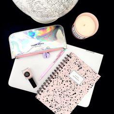 Note to self: THINK HAPPY!! // Si eres el tipo de persona que prefiere los cuadernos pequeños nuestros Little Notebooks son perfectos para tí!! Encuentra toda nuestra nueva colección de escritorio en www.toystyle.co LINK en la BIO #toystyle #staycoolforschool #stationery #new #paintsplatter #littlenotebook #softpink #holographic #pencilcase #IntelColombia