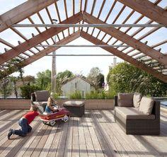 Taras na dachu to miejsce odpoczynku i zabawy dla obu rodzin, choć można też zdecydować, że należy tylko do rodziny zajmującej górną kondygnację