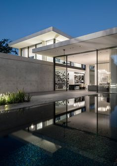 Image 8 of 62 from gallery of AB House / Pitsou Kedem Architects. Photograph by Amit Geron Modern Architecture House, Beautiful Architecture, Interior Architecture, Decoration Restaurant, Pitsou Kedem, Design Exterior, Archi Design, Beautiful Homes, Modern Design