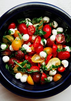 Wow this tomato basil mozzarella salad looks so refreshingly delicious I can't even take it! #healthyEaster | savory sweet life