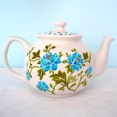 love the retro look  of this vintage tea pot