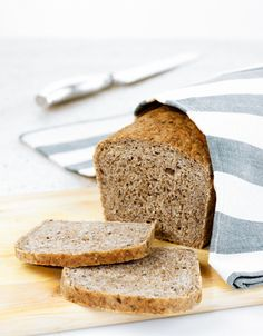 Grovbrød med havregryn | www.greteroede.no | www.greteroede.no Banana Bread, Nom Nom, Breakfast, Desserts, Recipes, Summer, Morning Coffee, Deserts, Food Recipes
