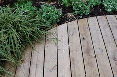 For at rengøre trædæk og fjerne grønne alger - Almbacken Garden Design Home Hacks, Diy Hacks, Garden Fencing, Flower Power, Garden Design, Pergola, Herbs, Backyard, Outdoor Structures