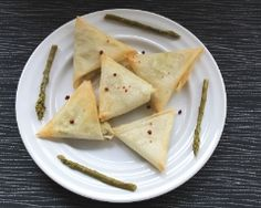 Bricks aux asperges et saumon fumé Entrees, Samosas, Ethnic Recipes, Food, Simple, Asparagus, Gourmet, French Recipes, Eten