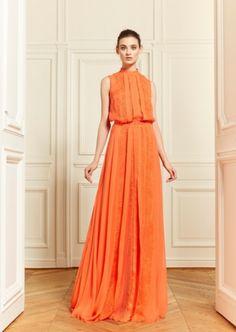 Vestido de fiesta largo en color naranja intenso con corpiño holgado y falda con movimiento - Foto Zuhair Murad