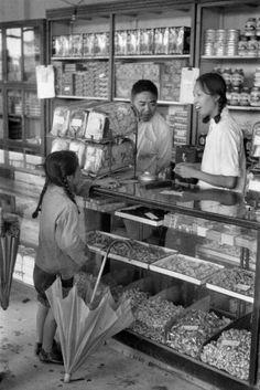 Galería: Henri Cartier-Bresson China 1958 | Oscar en Fotos Reminds me of buying candy as a little kid :)