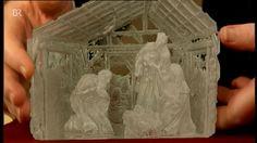 Krippe - wie in einen Eisblock gehauen wirkt diese in aufwändiger Technik gestaltete, 1988 geschaffene, gläserne Krippe des im niederbayerischen Viechtach lebenden Glaskünstlers Kristian Klepsch.  Wert 300 - 400 €