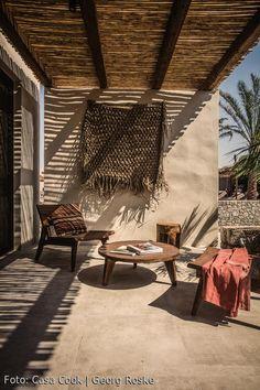 Außenbereich im Casa Cook auf Kos. Mediterrane Terrasse mit Sonnendach #travel #interior #kos #griechenland #inspiration #terrasse #outdoor